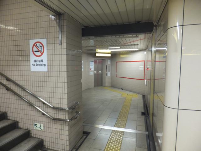 階段手前、右側のエレベーターもご利用できます。