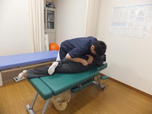 右大脳皮質刺激のための腰椎アジャストメント